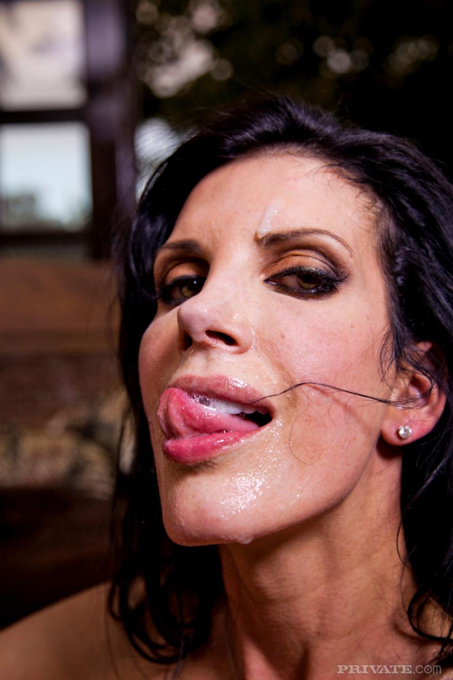 Любительница спермы, мамочка-брюнетка с большой грудью и длинными ножками Shay Sights дает трахнуть свою бритую киску