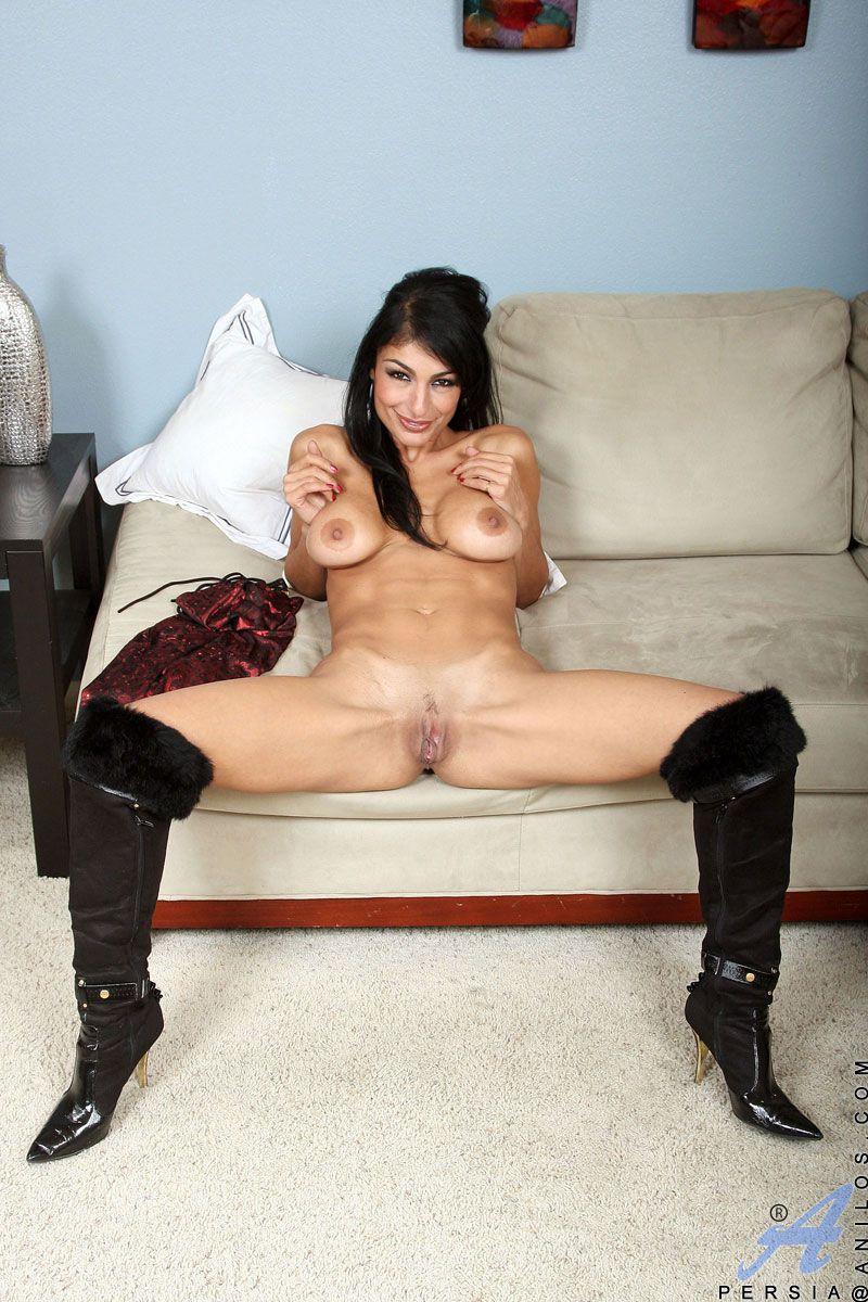 Мамочка-брюнетка с большой грудью Persia Pele показывает как получить наслаждение от дилдо
