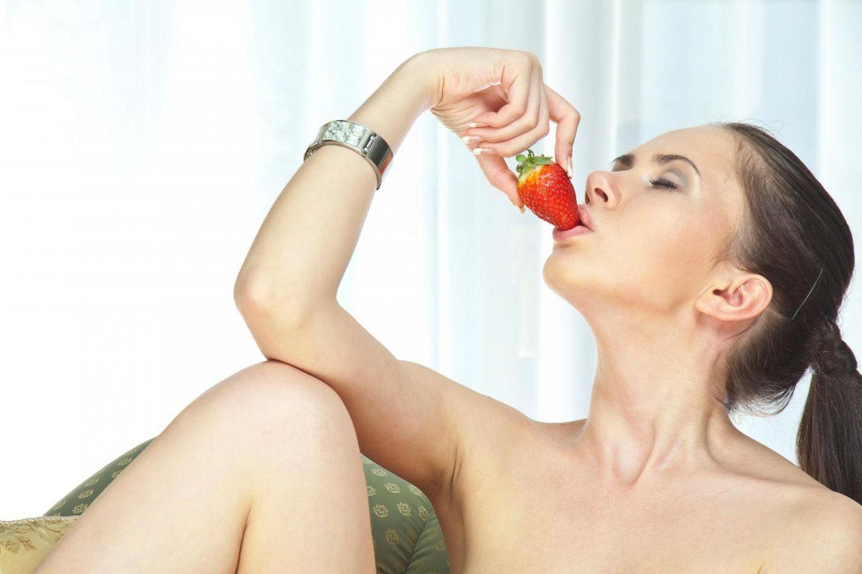 Милая брюнетка-подросток Margo G позирует обнаженной и ест клубнику