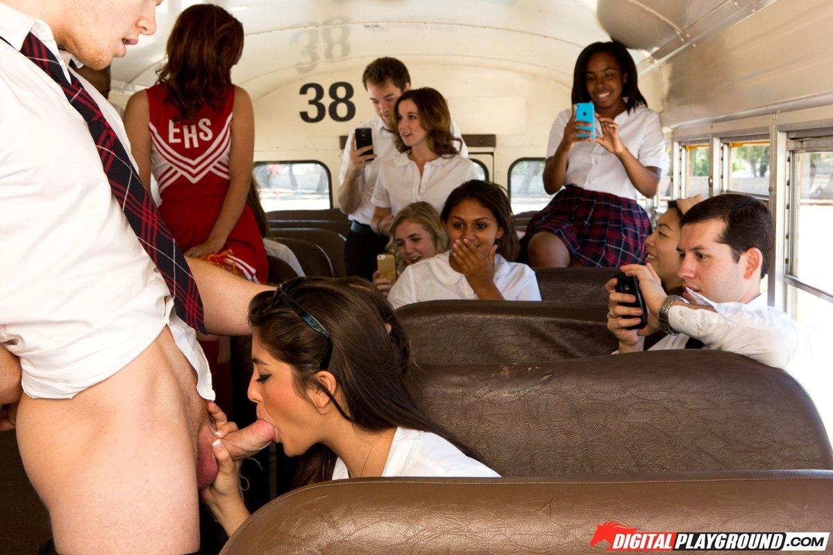 Пососала в студентческом автобусе на глазах у всей группы