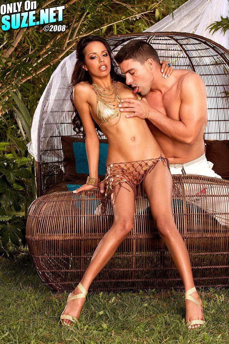 Привлекательная брюнетка-наложница Zeina Heart удовлетворяет своего хозяина, прыгая на его огромном члене