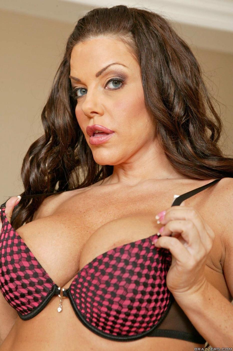 Возбужденная брюнетка с большой грудью Victoria Valentino свободна выбирать между тремя мужиками