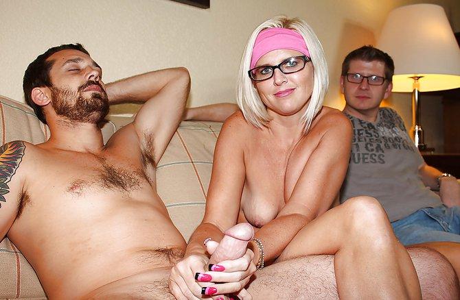 Блондинка дрочит супругу рукой перед приятелем