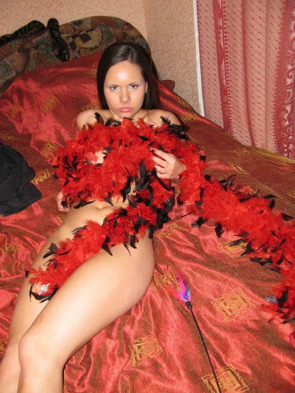 Большегрудая темноволосая леди без одежды