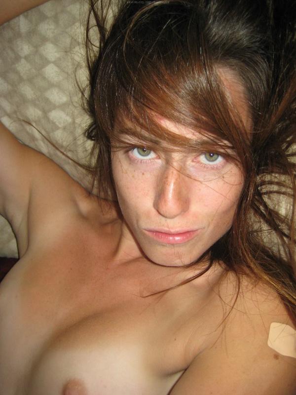 Брюнетка мастурбирует на кровати дома среди беспорядка
