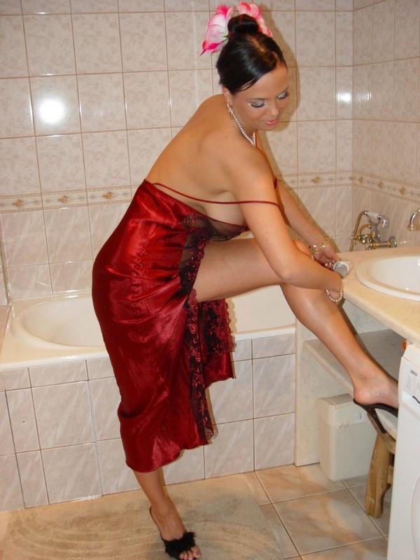 Брюнетка с большими дойками расслабляется в ванной