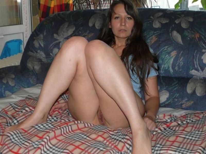 Легла на бок и показала влажную вагину
