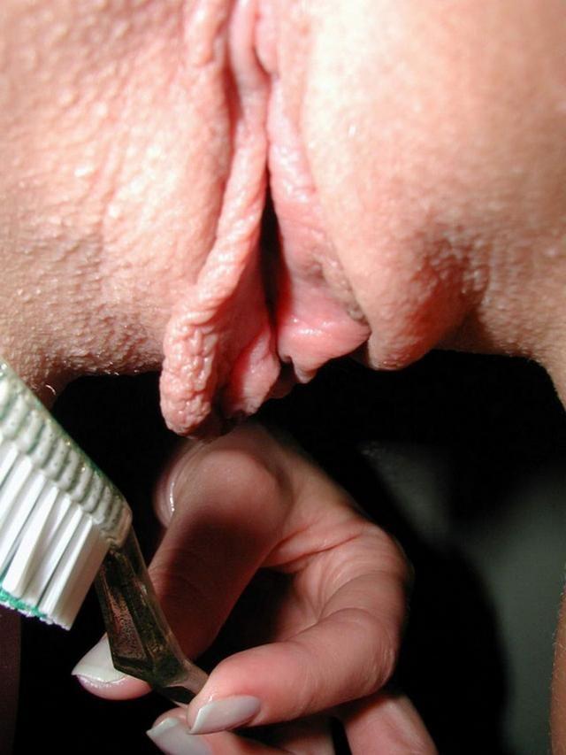 Молодая развратница трёт вагину зубной щёткой своего парня