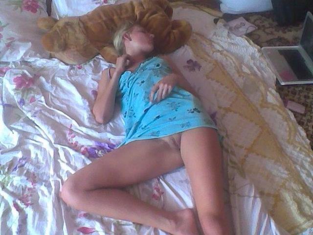 Молодые спящие голышом девицы