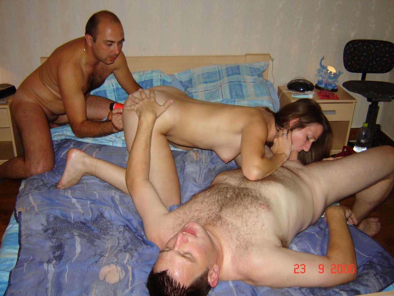 Мужчина ебет со своим другом свою жену в два ствола