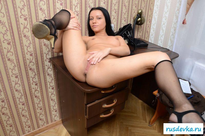 Отличная раздетая проститутка в домашней обстановке