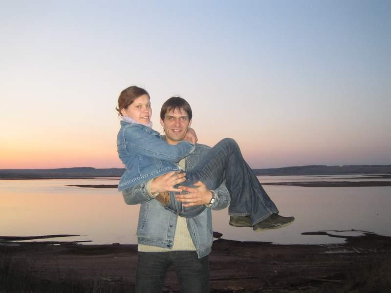 Русский муж снимает на камеру молодую жену на отдыхе и дома