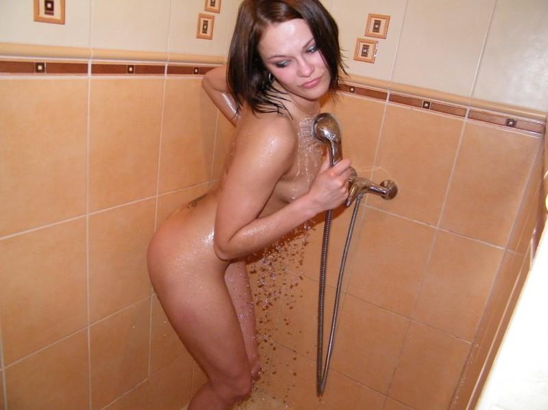Сочная телка парится в бане и моется в душе на камеру