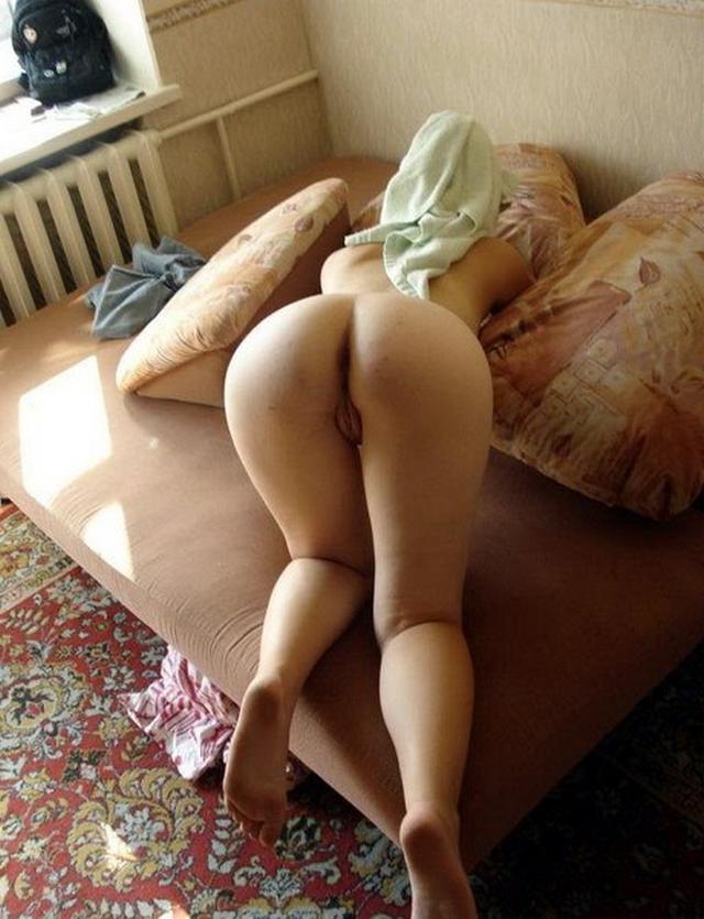 Упругие попы молодых девушек в домашней обстановке