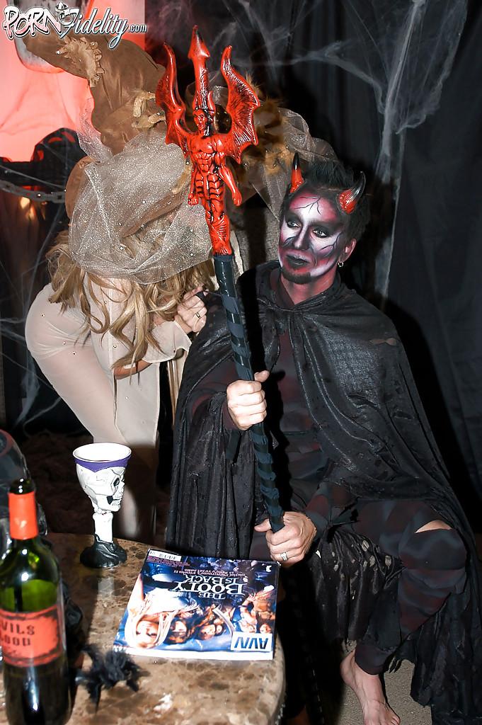 Секс втроем с двумя зрелыми ведьмочками во время Хеллоуина