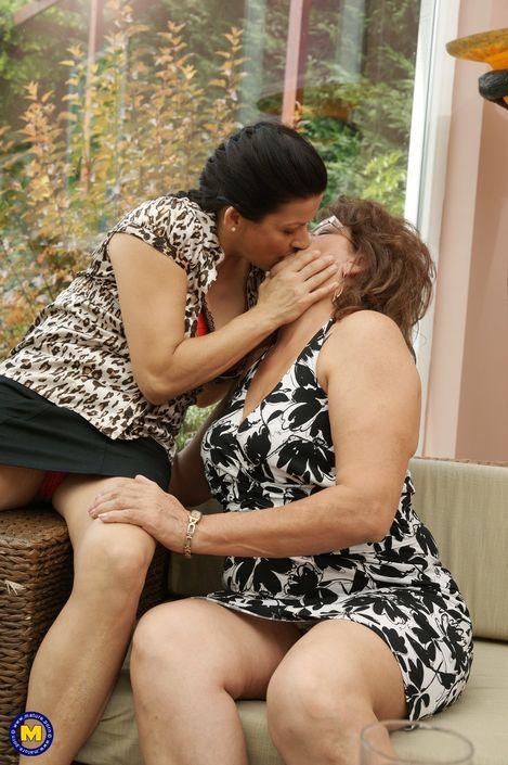Чувственные мамаши с большими сиськами устроили дикую оргию между собой и нежно трахаются