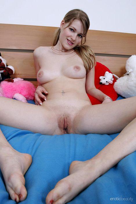 Развратная блондинка Selphine A на порно фото hd показывает маленькие сисечки и возбужденную пизду
