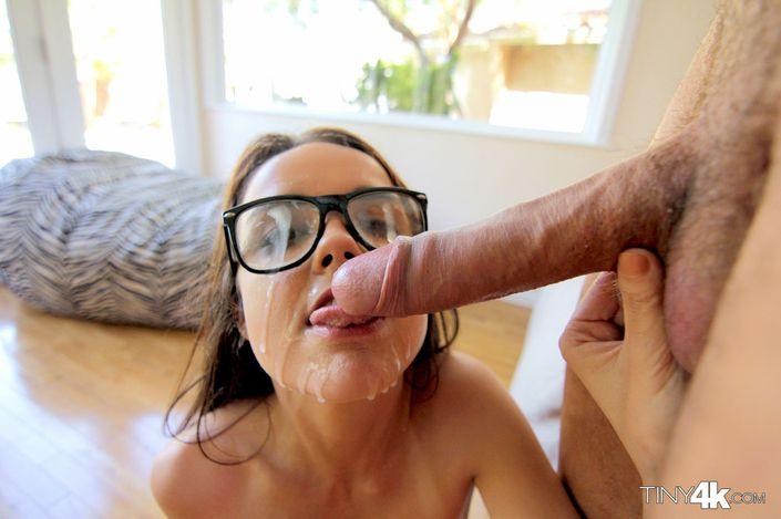 Взрослый ебарь с тяжелым хуем залил все лицо и очки липкой спермой молоденькой девчушке