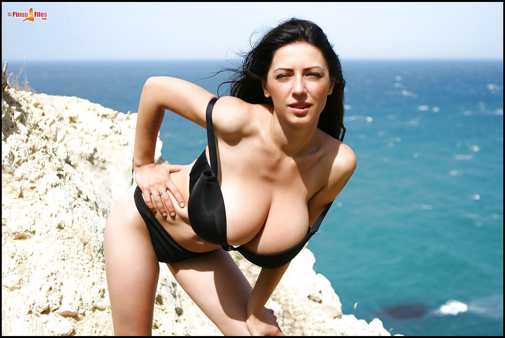 Милашка показала сисяндры на берегу океана порно фото