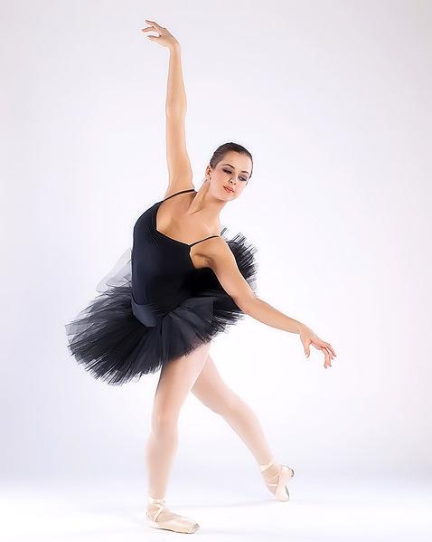 Балерина разделась и начала выступать голой