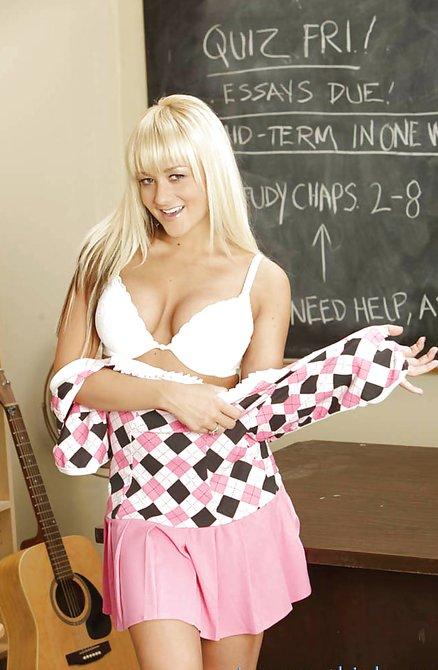 Молодая блонда снимает трусики в классе у доски