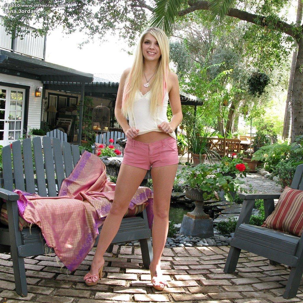 Длинноволосая блондинка Яна Джордан решила сделать для мужа эротические фотографии, но возбудилась и выебала себя фаллоимитатором во время фотографирования