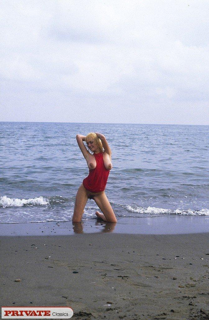 Светловолосая обнаженная девчонка на свежем воздухе показывает свое тело