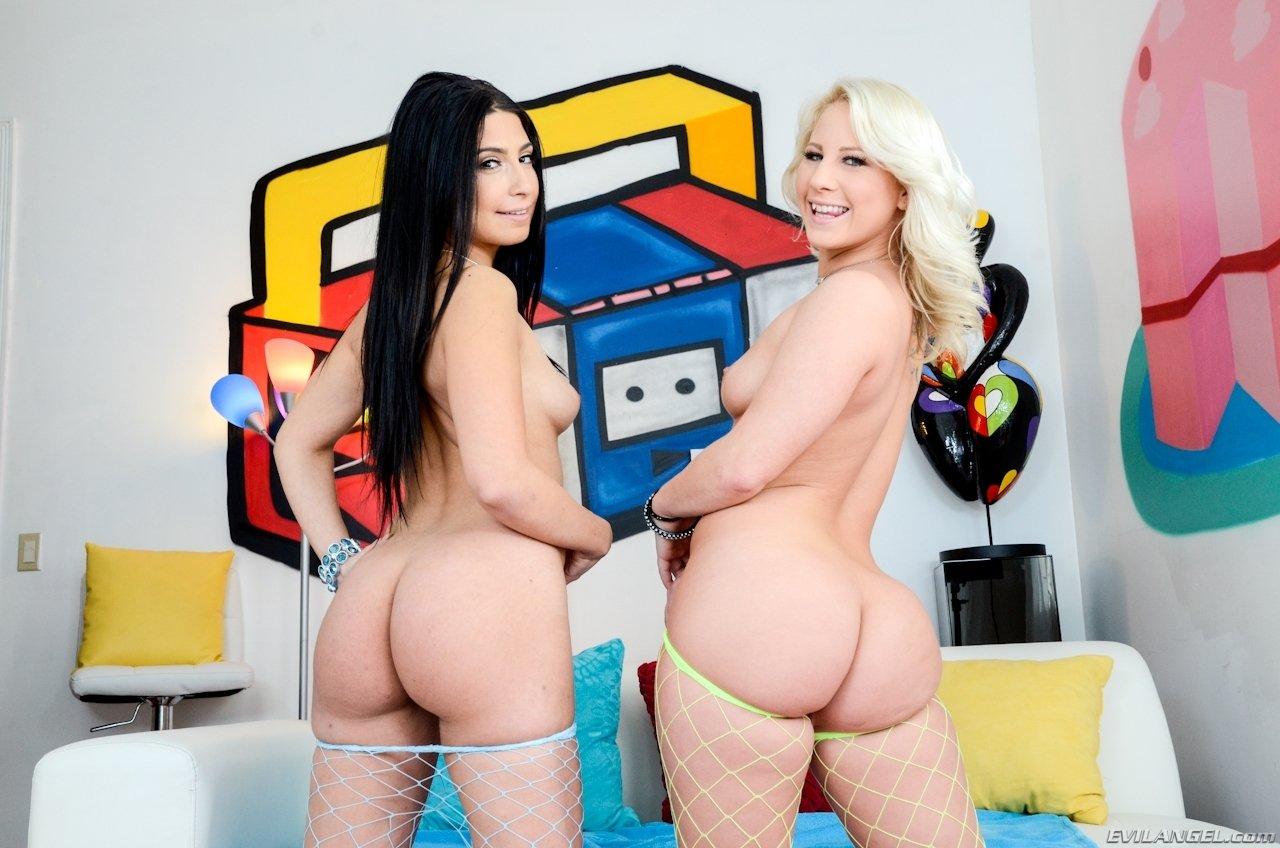 Блондинка и брюнетка показывают красивые голые жопы