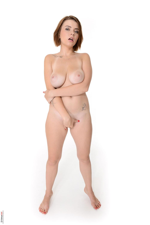 Девушка обладает внешностью, которая наверняка понравится всем любителям женственных форм
