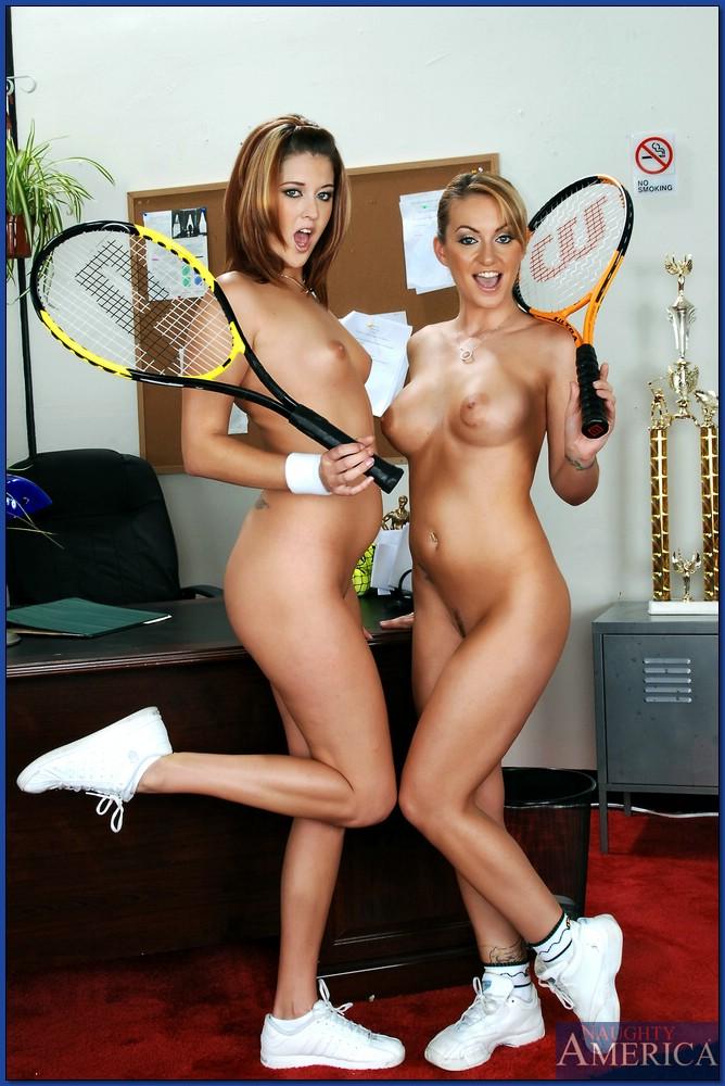 Молодые теннисистки вылизывают друг другу щелки в кабинете у тренера
