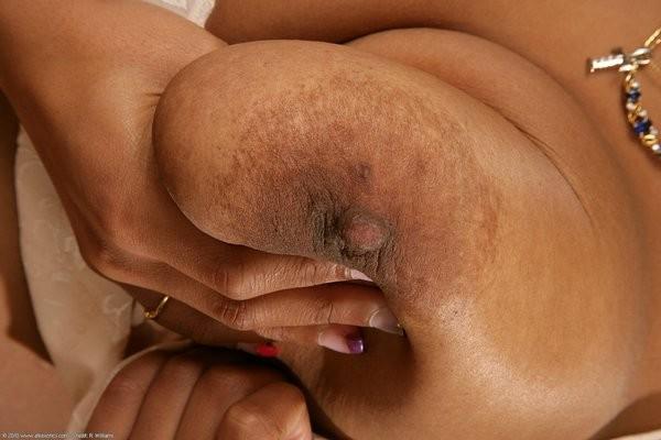 Негритянка с большим бюстом и волосатой пиздой