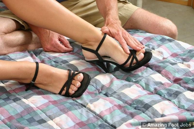 Подрочила ножками своему любовнику лишь после того, как он их вылизал