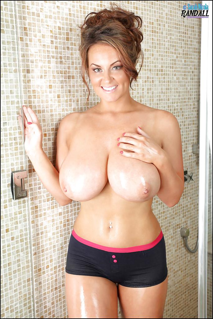 Сиськастая мамаша демонстративно поливает грудь водой, принимая душ