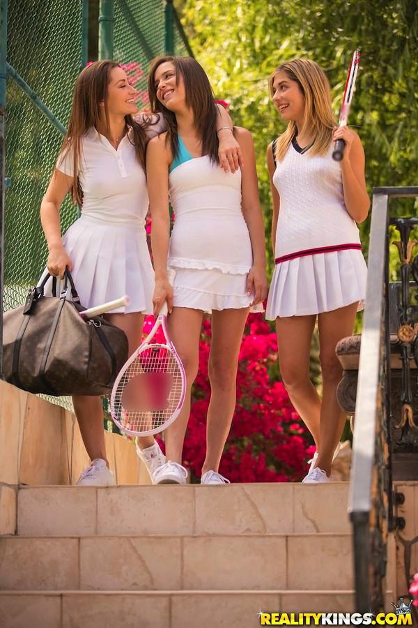 Три девки пришли поиграть в теннис, а получилось как всегда