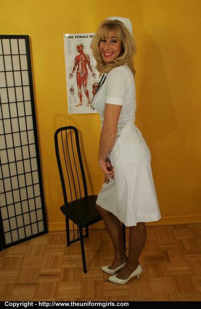 Зрелая сучка в униформе медсестры