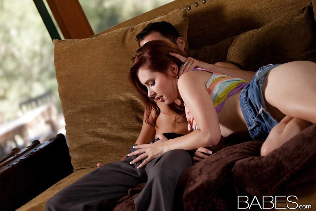 Молодая девушка делает минет и трахается на замшевом диване