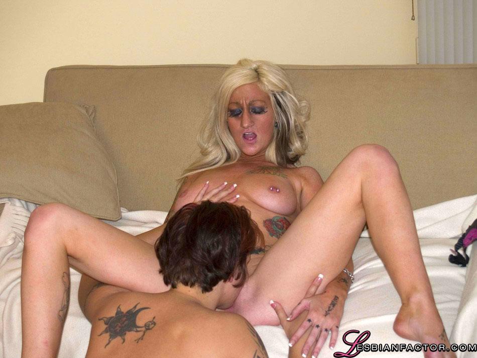 Татуированные лесбиянки за тридцать трахаются в позе ножницы на диване