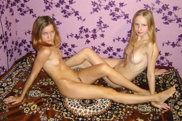 Сочные лесбиянки теребят писики друг другу