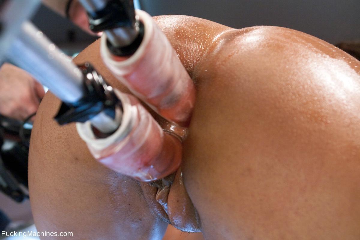 Двойное проникновение секс машин в негритянку