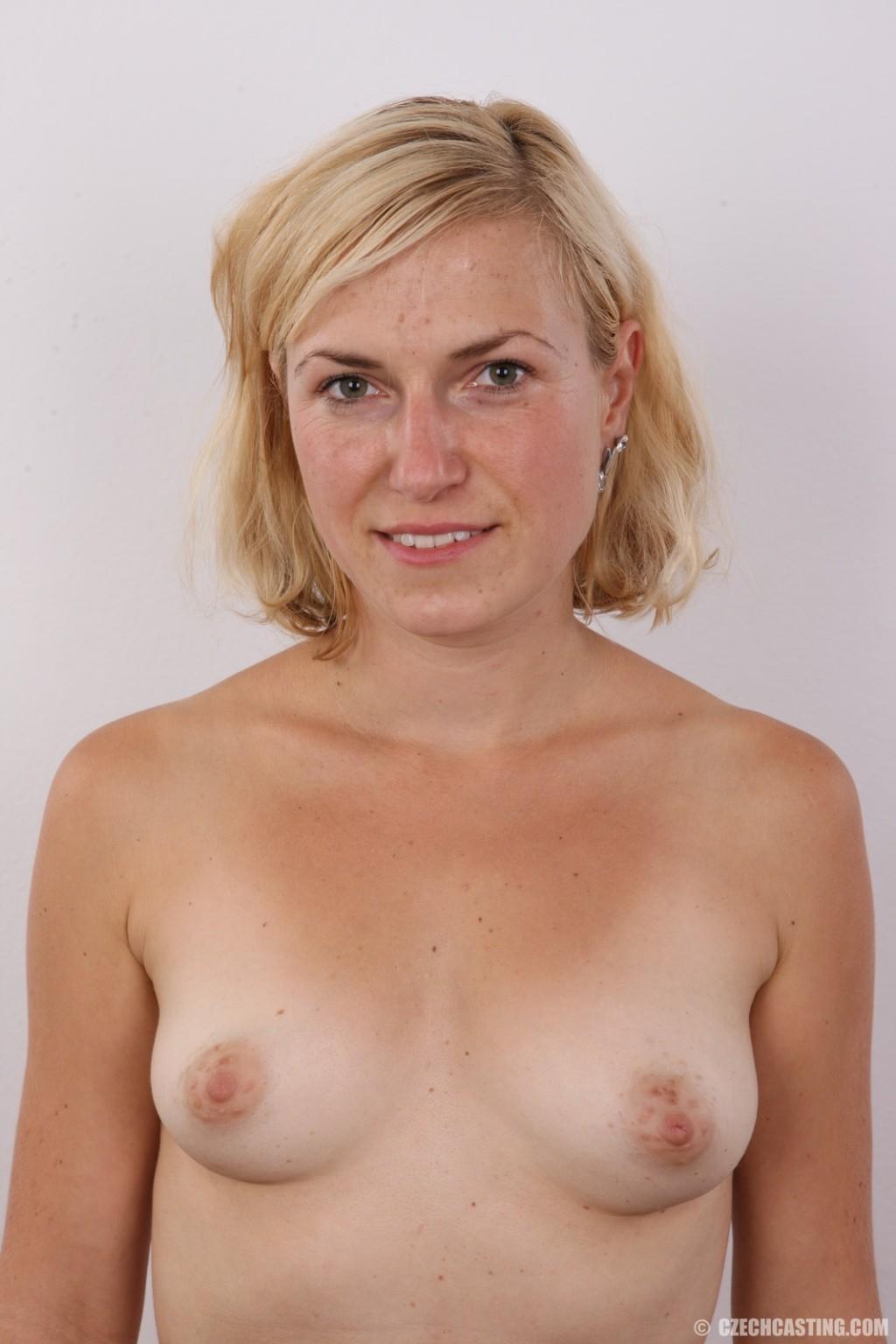 Фотосессия голой блондинки на кастинге