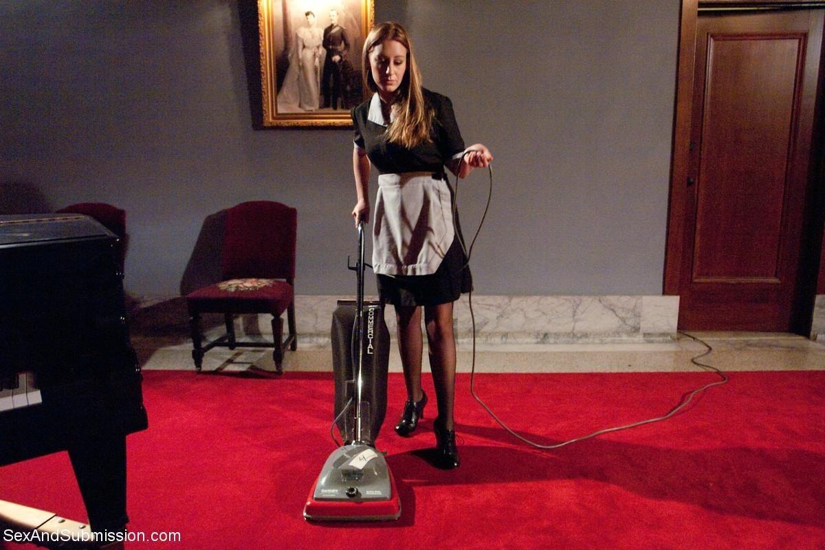 Горничная проходит собеседование, теперь она поняла, что высокую зарплату будут платить за БДСМ