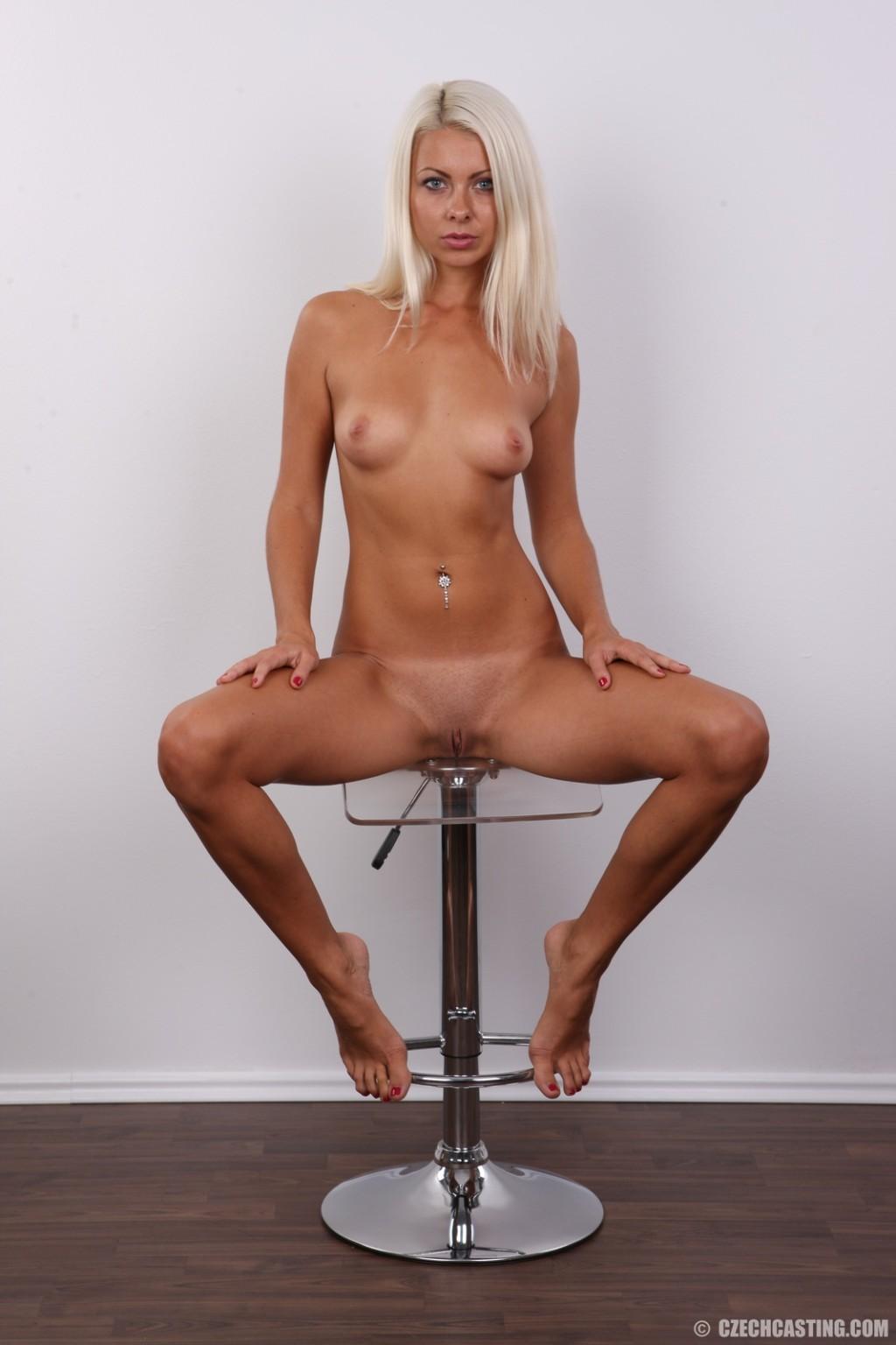 Красивая блондинка позирует без одежды, возбуждая своим прекрасным внешним видом