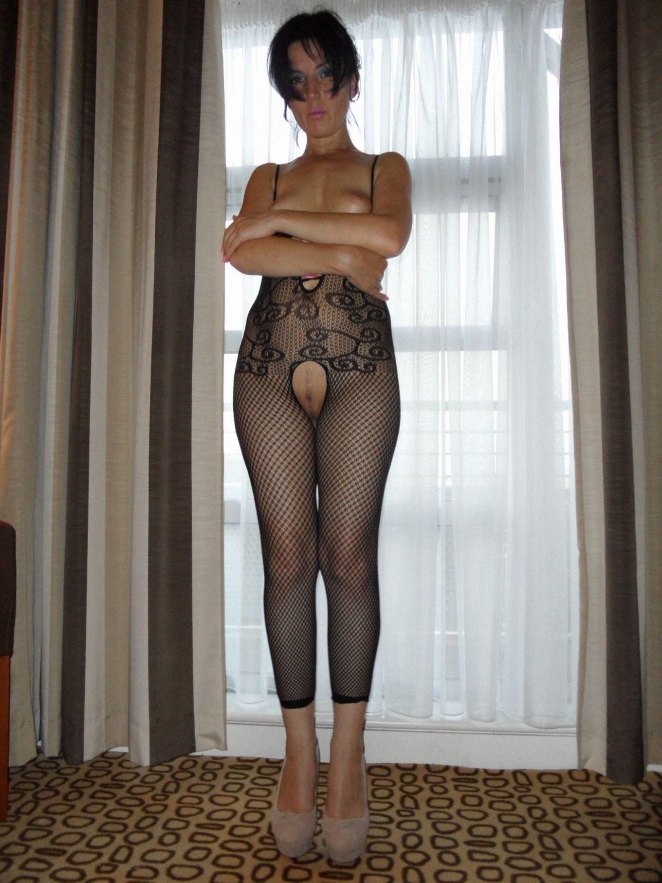 Красивая женщина в самом сексуальном нижнем белье, поела спермы
