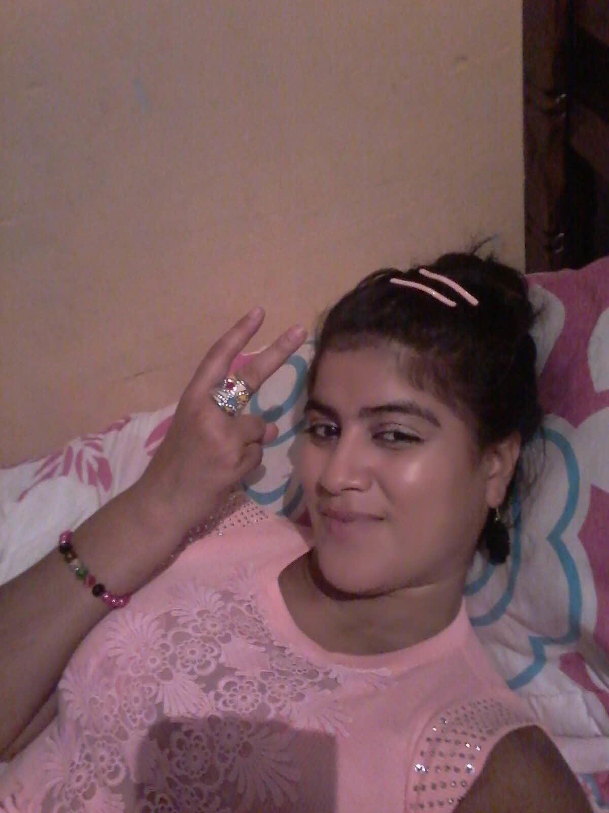 Молодая слегка пухлая колумбийка лежит голая в кровати