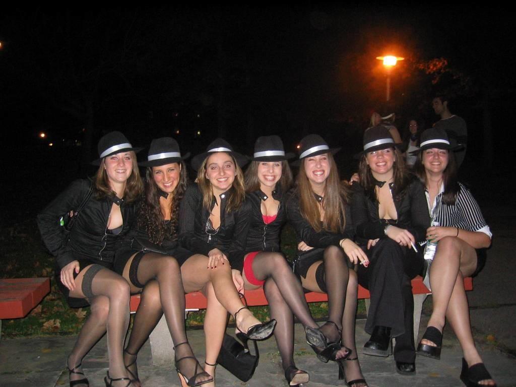 Молодые девушки в чулках и колготках