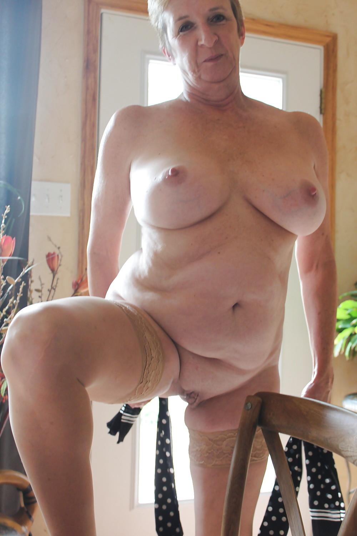 Пожилая блондинка широко раздвигает ноги