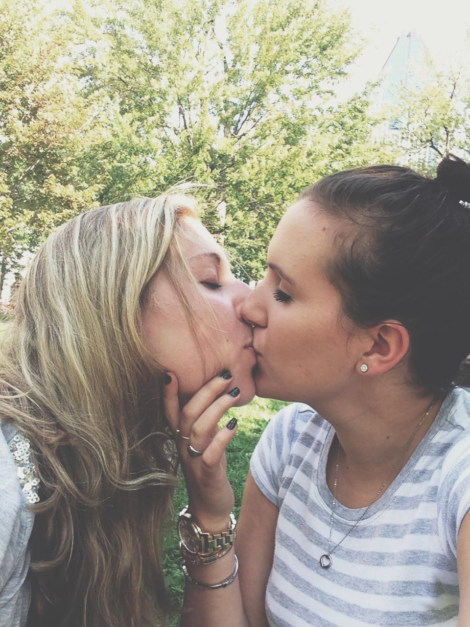 Публично целующиеся девушки