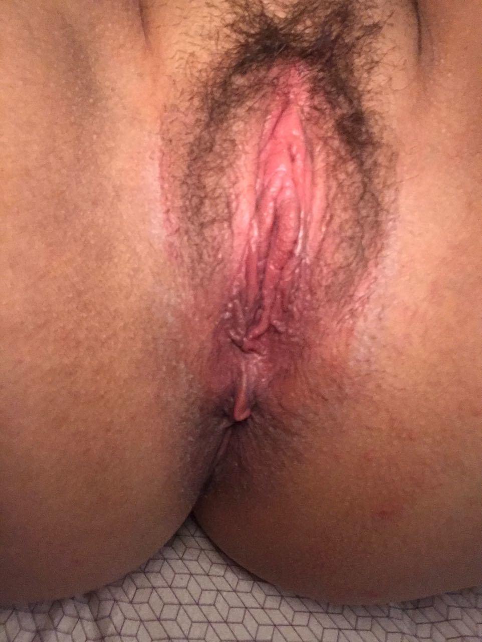 Пухлая волосатая пизда испанки крупным планом