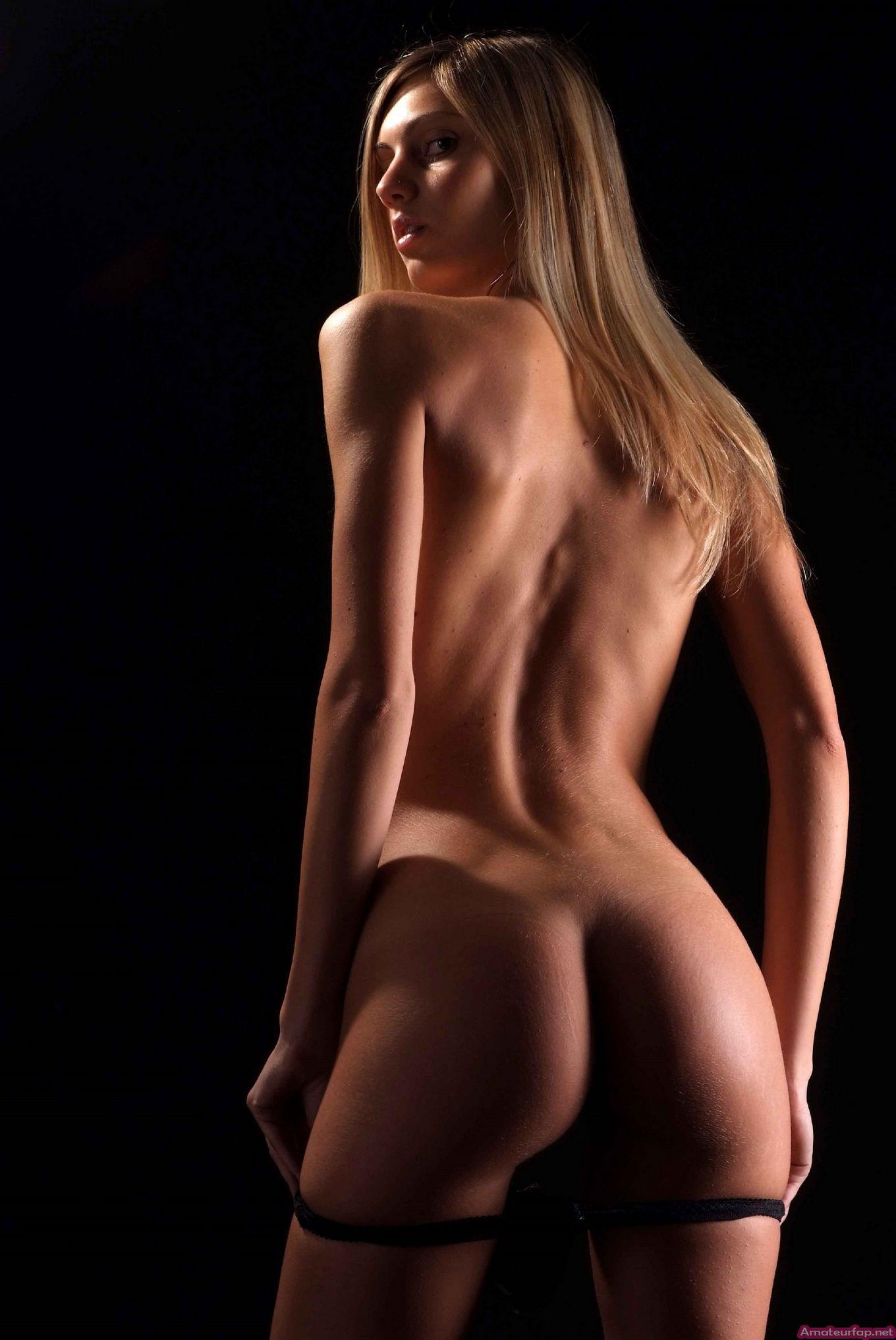 С красивой и гладкой пиздой милашка показывает свои достоинства