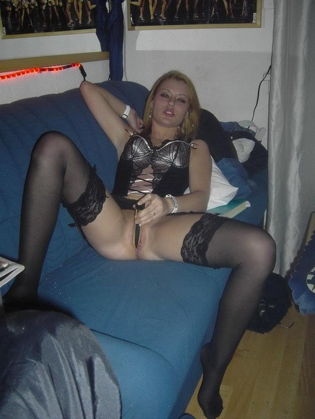 Сексуальная Анжела удовлетворяет себя самотыком дома